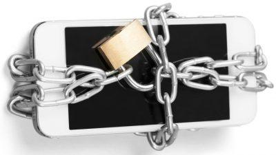 Roubo, queda ou sumiço do celular: veja como proteger o aparelho durante a folia no Carnaval