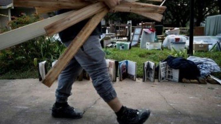 Sem seguros, vítimas da tempestade Harvey se voltam para o Estado