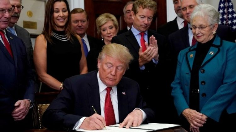 """Trump dá primeiro """"golpe"""" no Obamacare"""