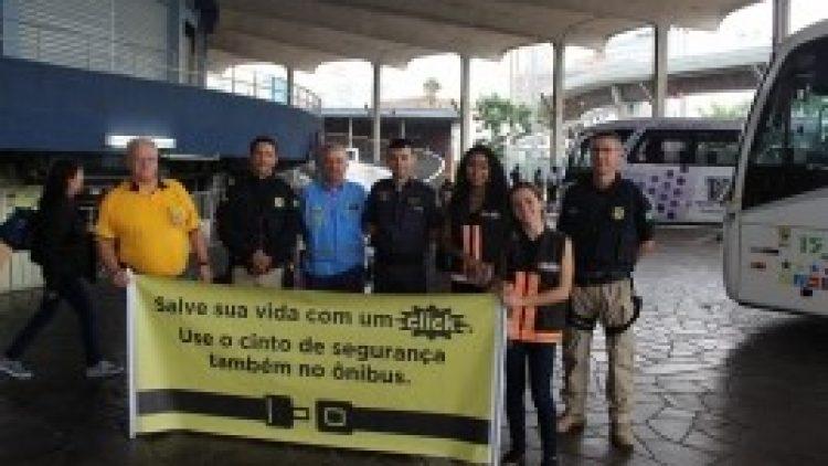 Ação na rodoviária da Capital alerta para importância do cinto de segurança