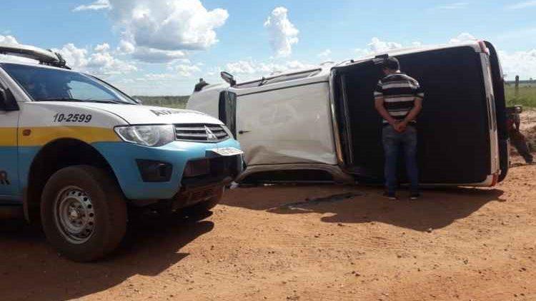 Motorista de Hilux que iria aplicar golpe do seguro tomba camionete em perseguição