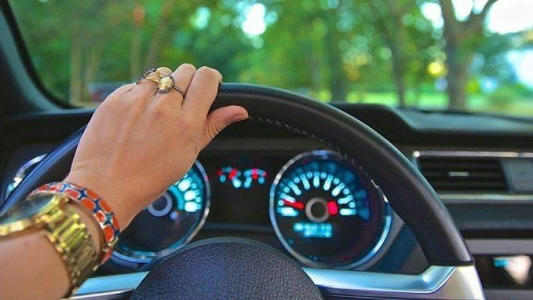 Mulheres de 23 anos pagam mais pelo seguro de carro em Curitiba