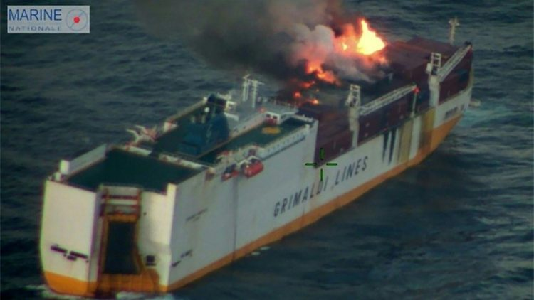 Navio com veículos para o Brasil afunda na costa atlântica da França após incêndio