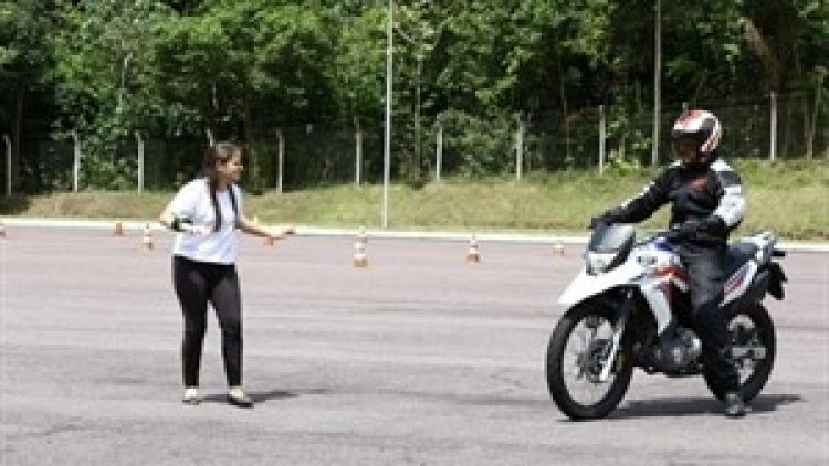 Aplicativo permite que deficiente auditivo perceba buzina de moto